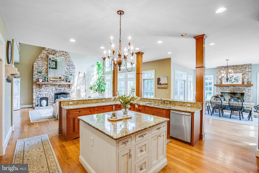 Fabulous island with detailed hardware! - 11305 HONOR BRIDGE FARM CT, SPOTSYLVANIA