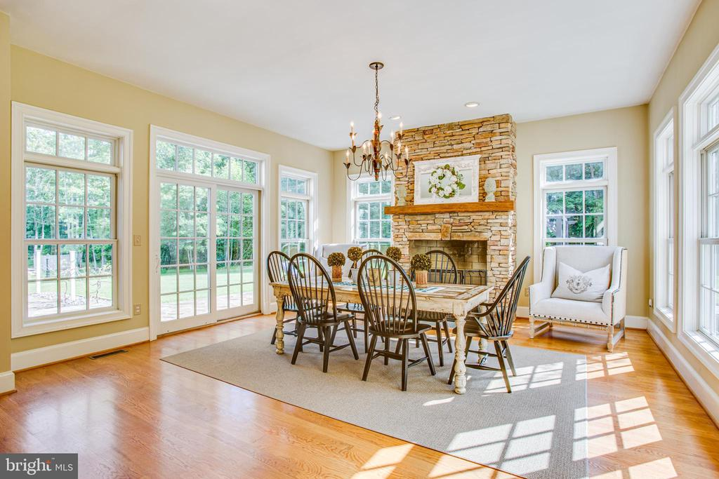 Breakfast room with gas fireplace! - 11305 HONOR BRIDGE FARM CT, SPOTSYLVANIA