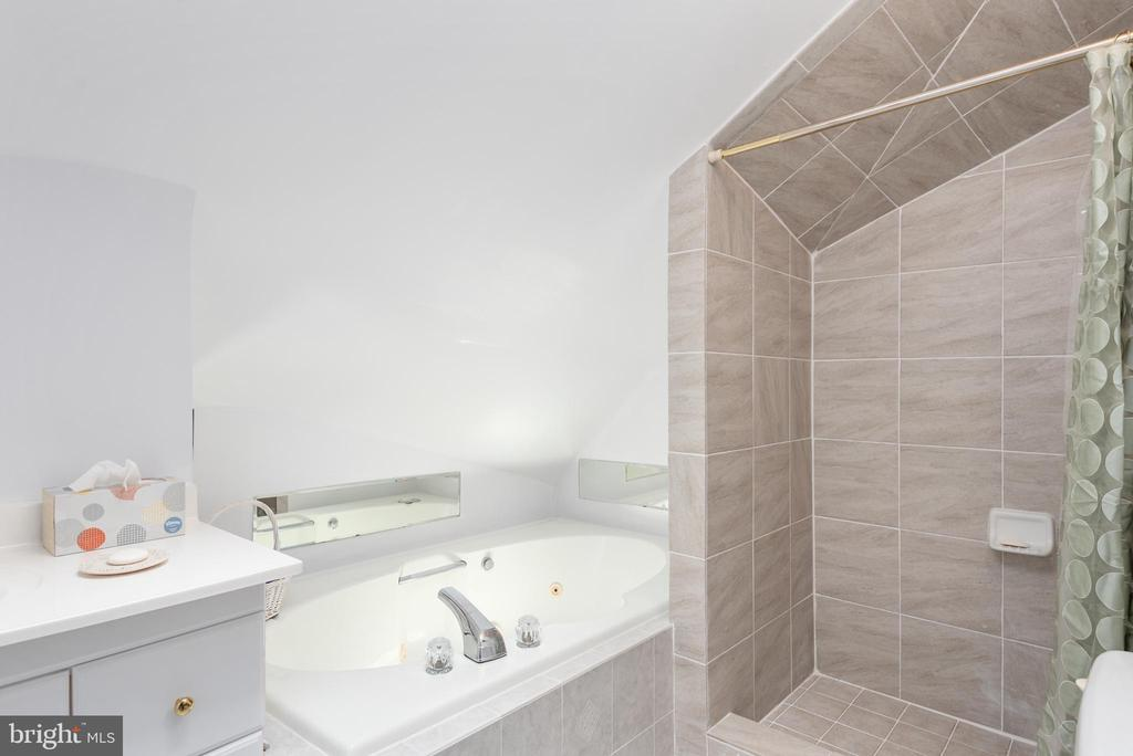 Master Bath - 1010 LAKEVIEW PKWY, LOCUST GROVE