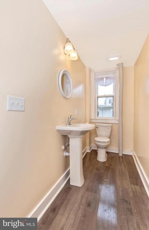 Powder room w/new fixtures - 192 W ALL SAINTS ST, FREDERICK
