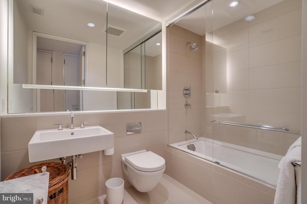 2nd Bath - Soaking Tub | Shower - 925 H ST NW #802, WASHINGTON
