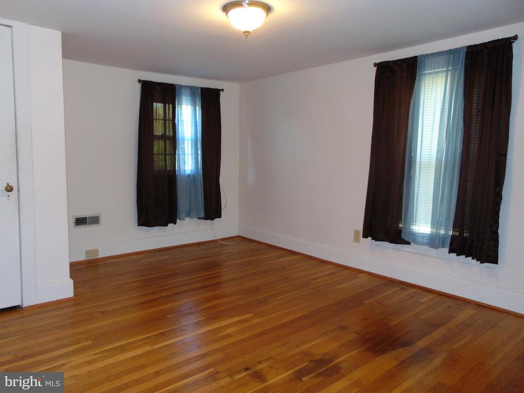 Upper Level 3rd Bedroom has hardwood flooring - 701 SPRING VALLEY DR, FREDERICKSBURG