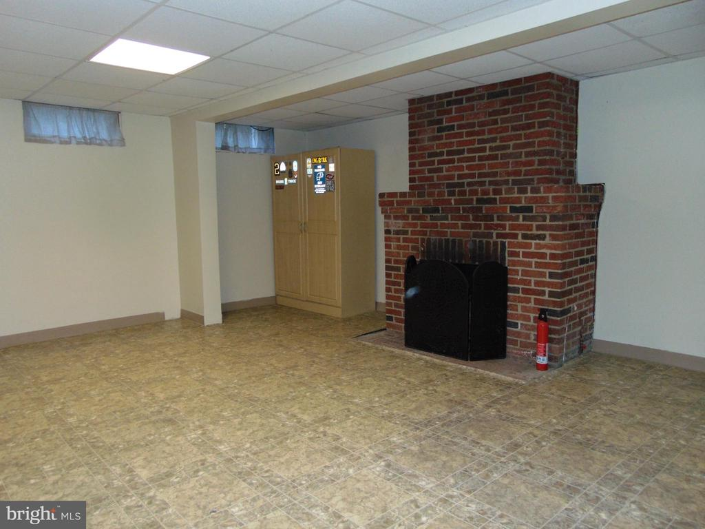 Lower Level w/Fireplace-unfin sqft per tax record - 701 SPRING VALLEY DR, FREDERICKSBURG