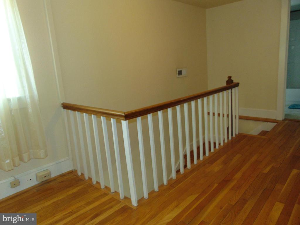 Upper Level Hall has conversation/lounging area - 701 SPRING VALLEY DR, FREDERICKSBURG