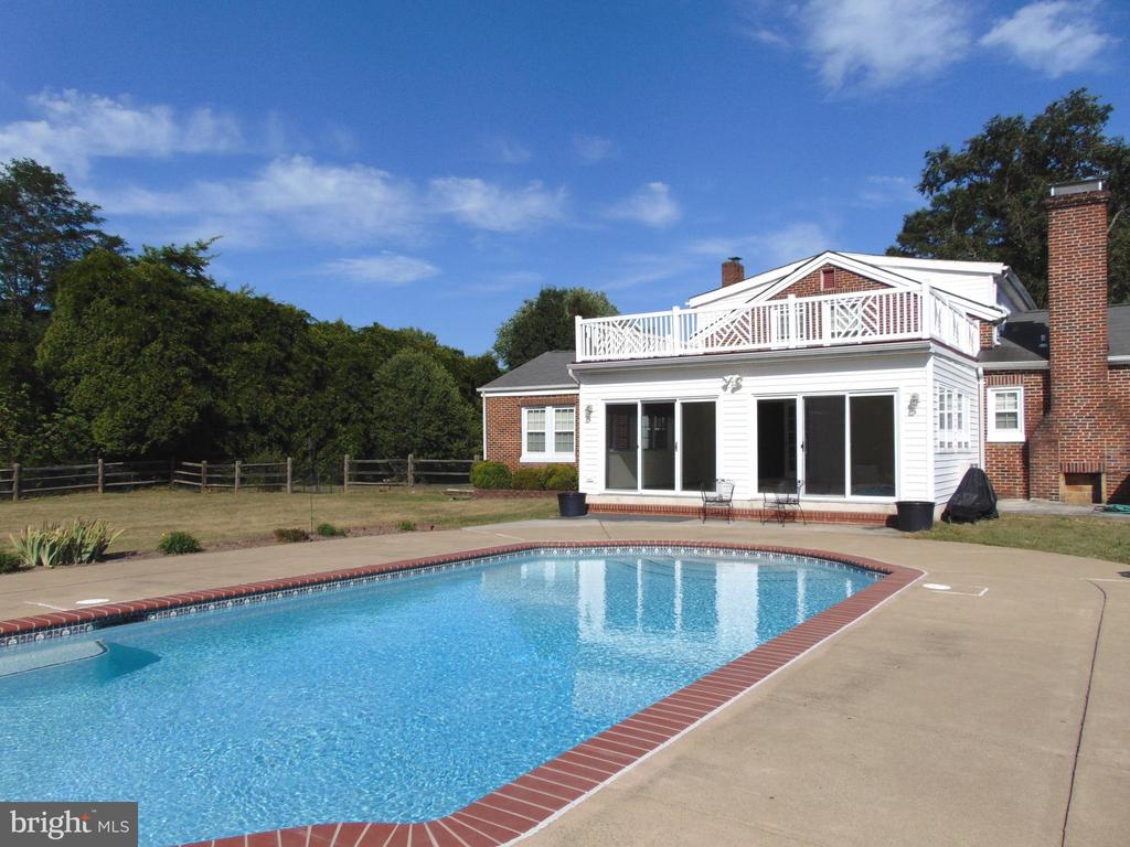 Relax in your country retreat on 1.5 acres! - 701 SPRING VALLEY DR, FREDERICKSBURG
