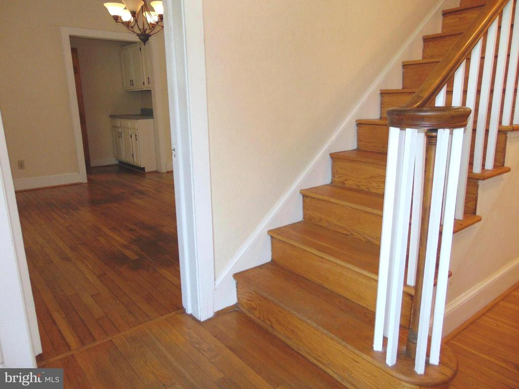Hardwood Entry Foyer leads to DR w/ Butler Pantry - 701 SPRING VALLEY DR, FREDERICKSBURG