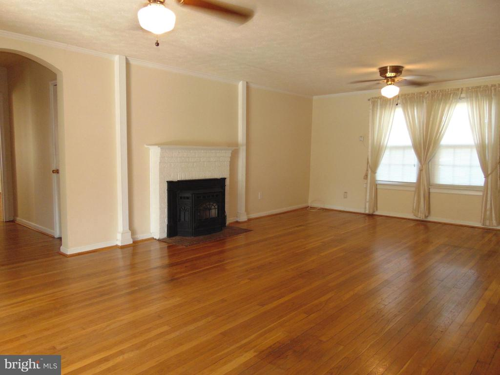 23'x15' Living Rm has warm, cozy pellet stove - 701 SPRING VALLEY DR, FREDERICKSBURG