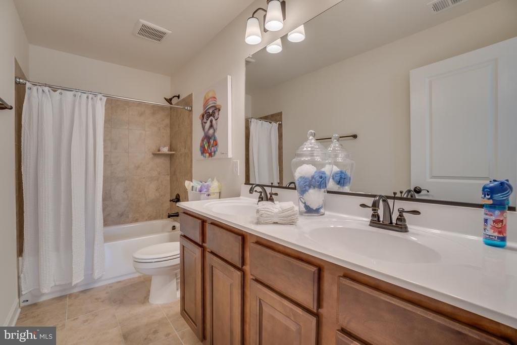 Hall Full Bathroom - 705 KESWICK DR, CULPEPER
