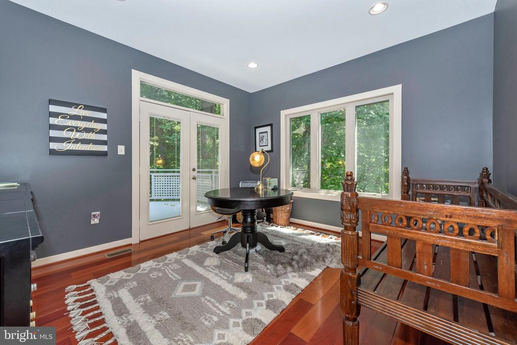 Office space nestled in trees - 9708 WOODLAKE PL, NEW MARKET