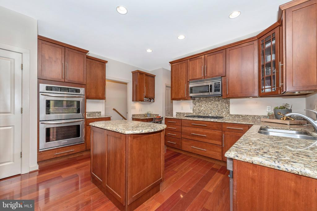 Double oven, built in microwave and large sink. - 9708 WOODLAKE PL, NEW MARKET