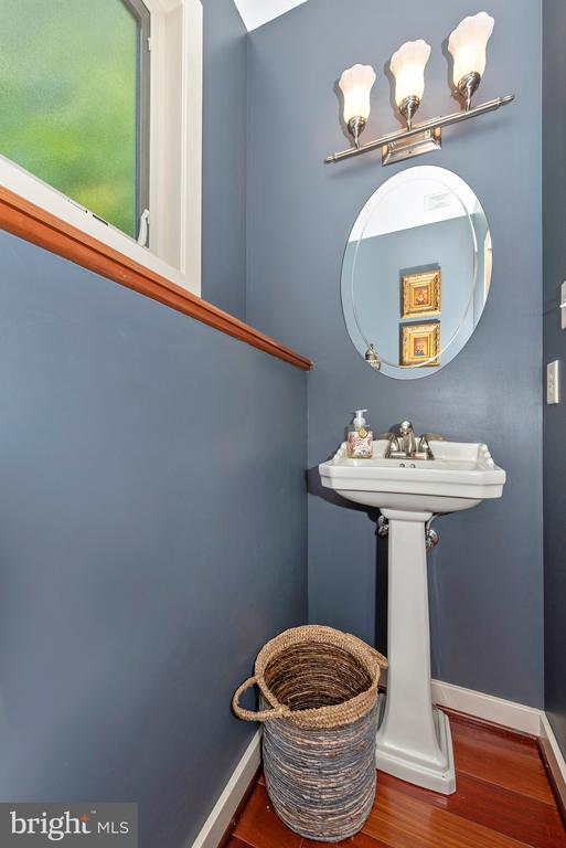 First floor powder room - 9708 WOODLAKE PL, NEW MARKET