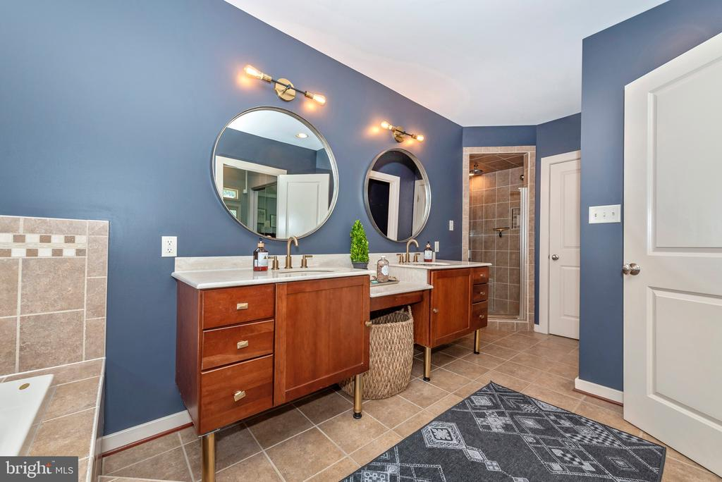 Private shower and toilet area - 9708 WOODLAKE PL, NEW MARKET