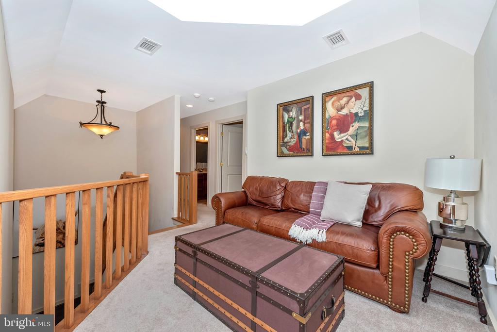 Loft space with skylights! - 9708 WOODLAKE PL, NEW MARKET