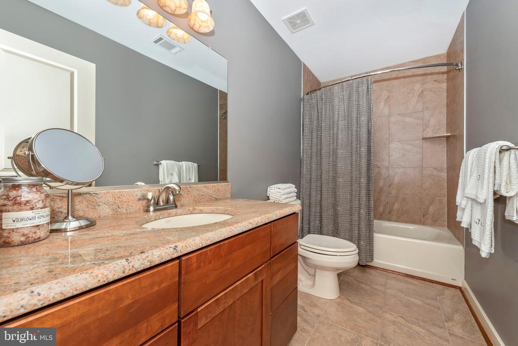 Upstairs bath with beautiful tile and granite - 9708 WOODLAKE PL, NEW MARKET