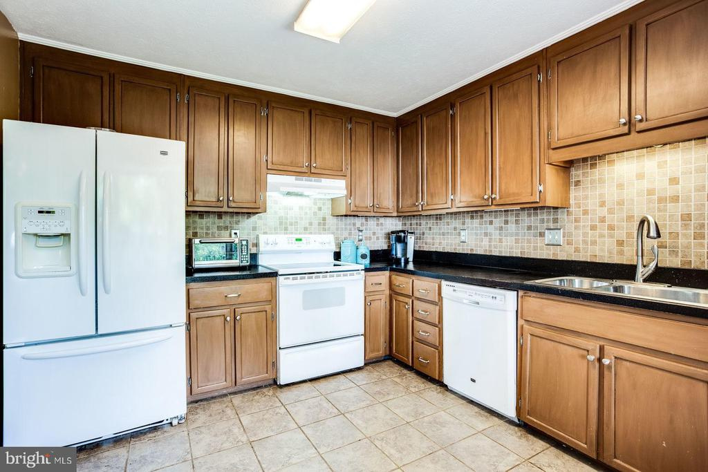 Kitchen with lots of counter space - 8506 SADDLE CT, MANASSAS