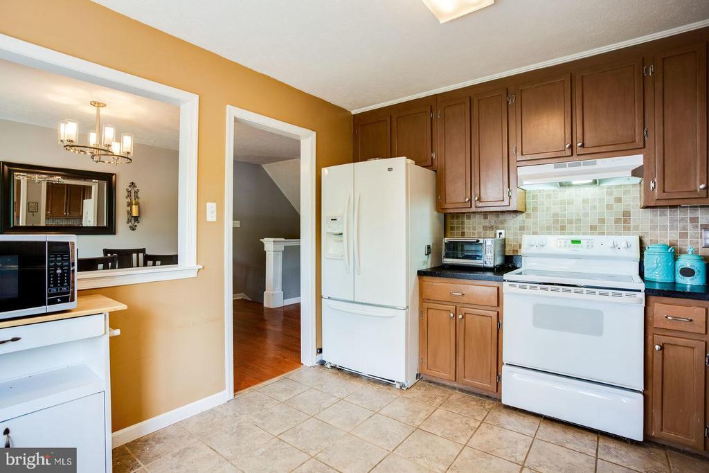 Kitchen opens to dining room - 8506 SADDLE CT, MANASSAS