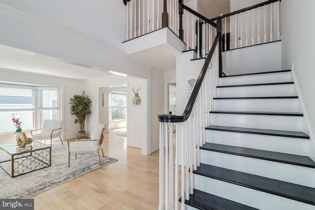 Bright  2-story foyer - 2064 MADRILLON RD, VIENNA
