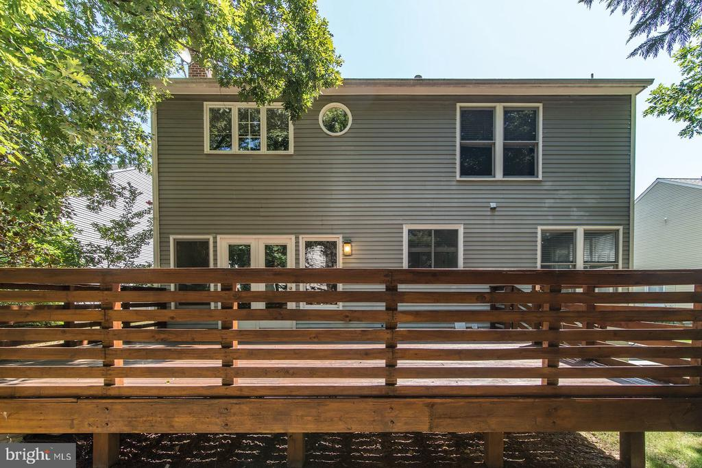 Oversized custom built private deck - 2064 MADRILLON RD, VIENNA