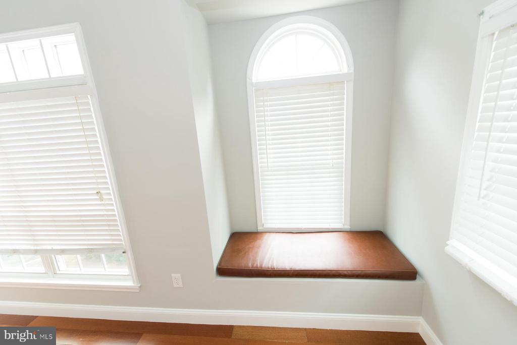 Cozy window seat - 2224 SPRINGWOOD DR #106A, RESTON
