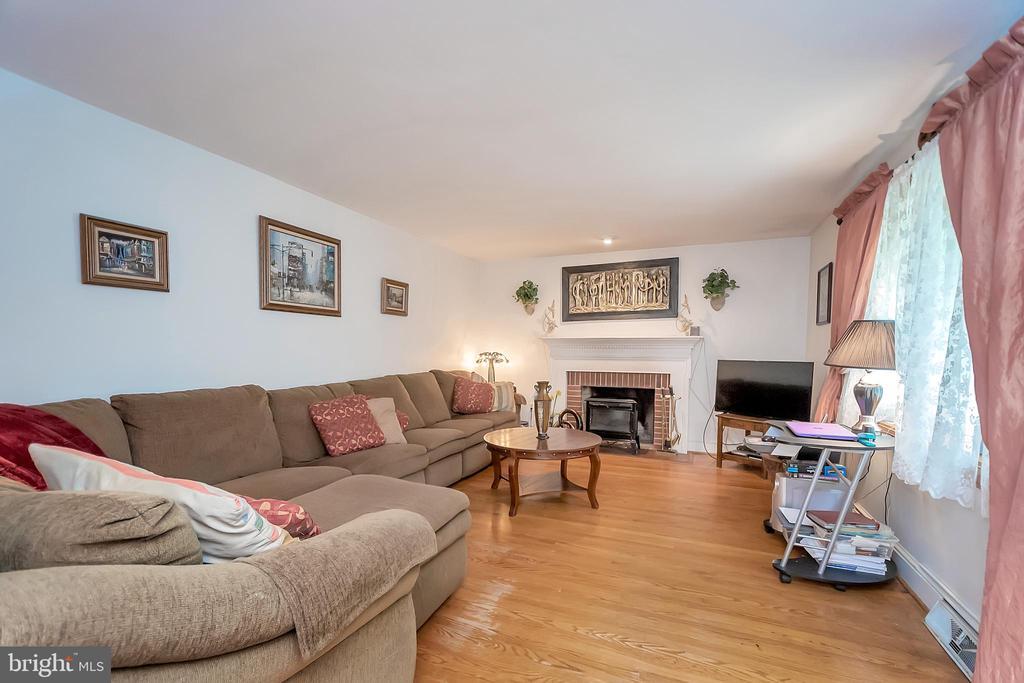 Front living room w/ fireplace - 14337 FREDERICKSBURG TPKE, WOODFORD