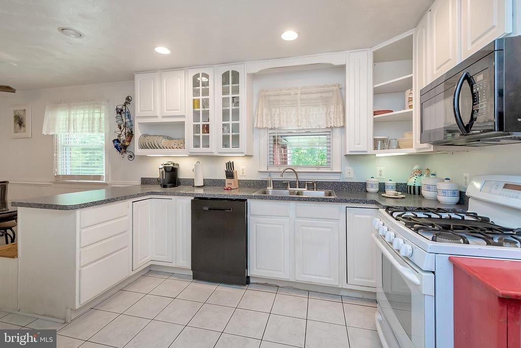 On Trend Features in Kitchen - 14337 FREDERICKSBURG TPKE, WOODFORD