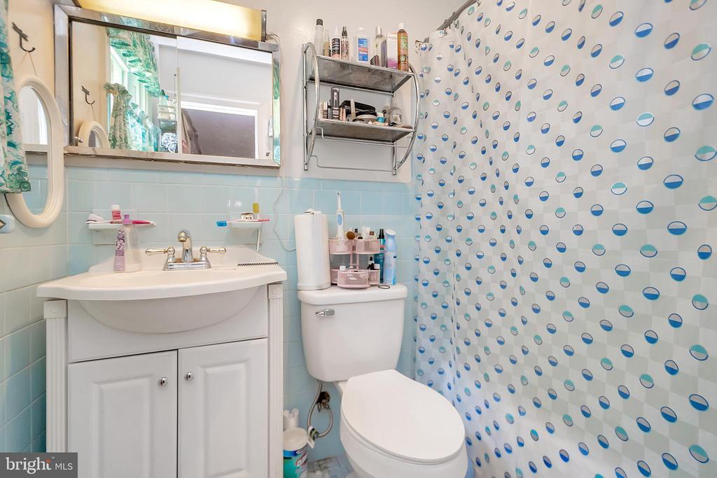 Master bedroom bath - 14337 FREDERICKSBURG TPKE, WOODFORD
