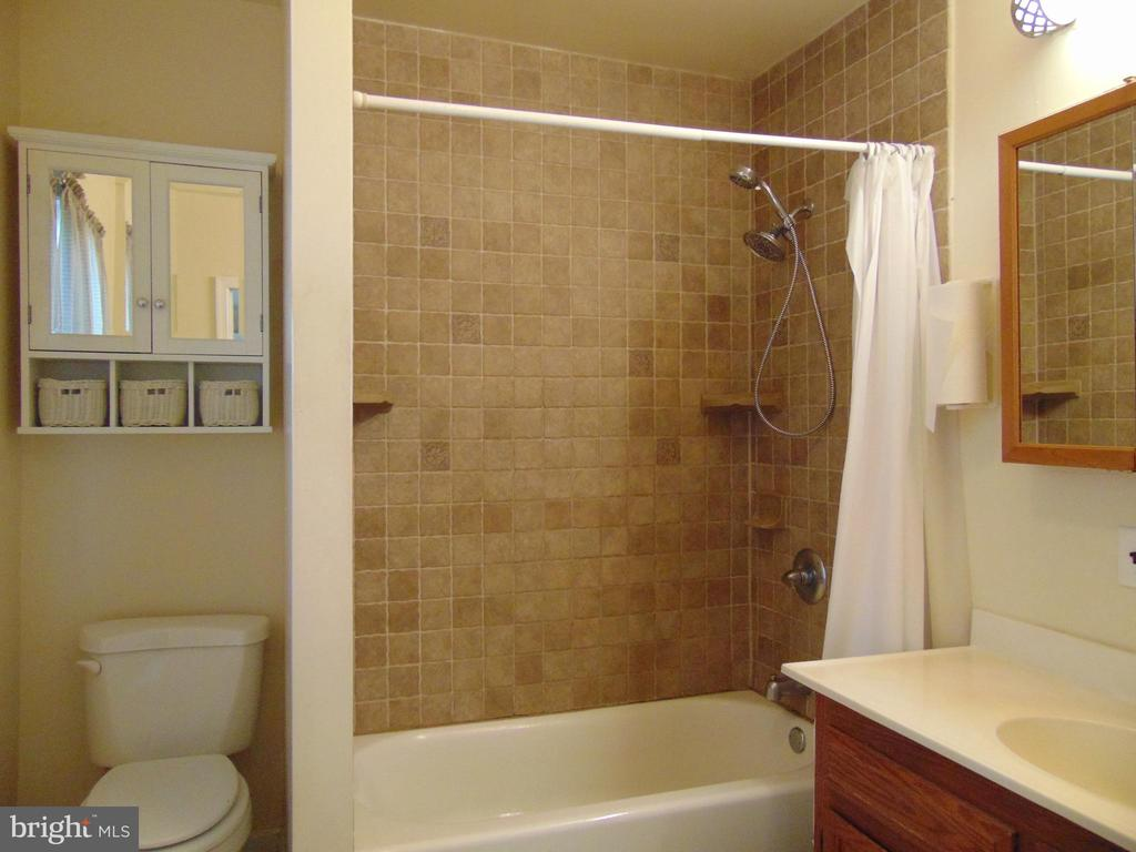 Full Master Bathroom has tiled tub/shower - 701 SPRING VALLEY DR, FREDERICKSBURG