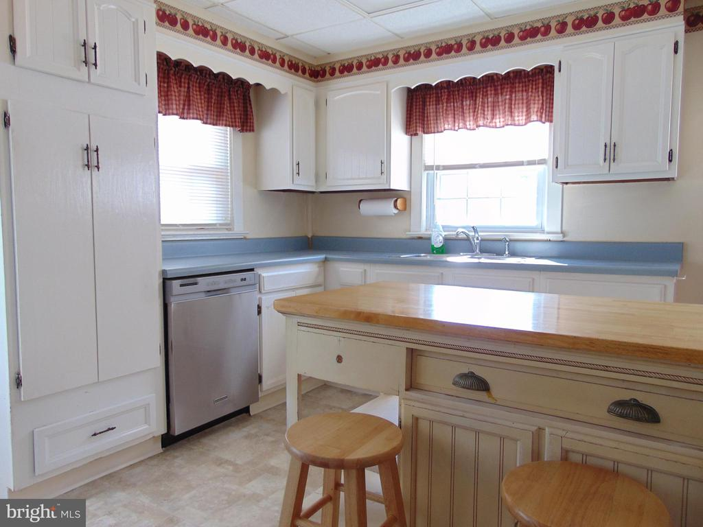 Sunny country Kitchen  has  island &pantry cabinet - 701 SPRING VALLEY DR, FREDERICKSBURG