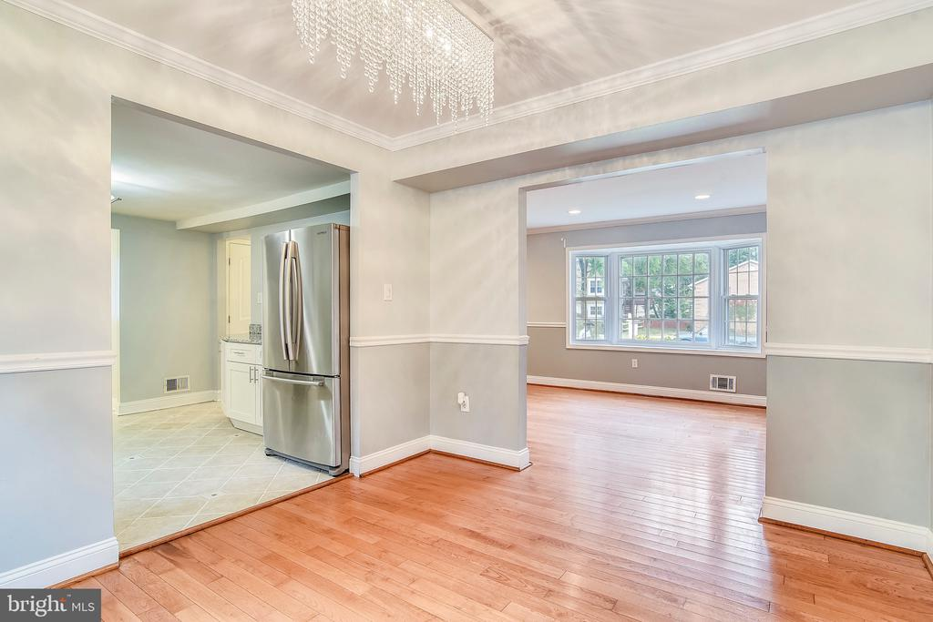 Dining room opens up to kitchen & living areas. - 2996 SLEAFORD CT, WOODBRIDGE