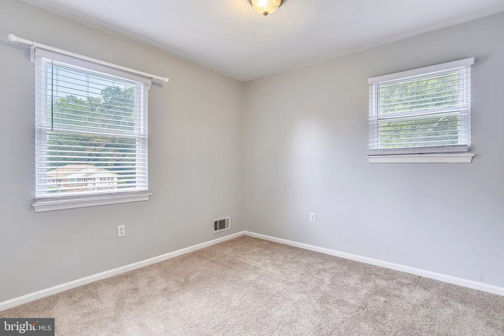 Bedroom 2 with dual windows & new carpet - 2996 SLEAFORD CT, WOODBRIDGE