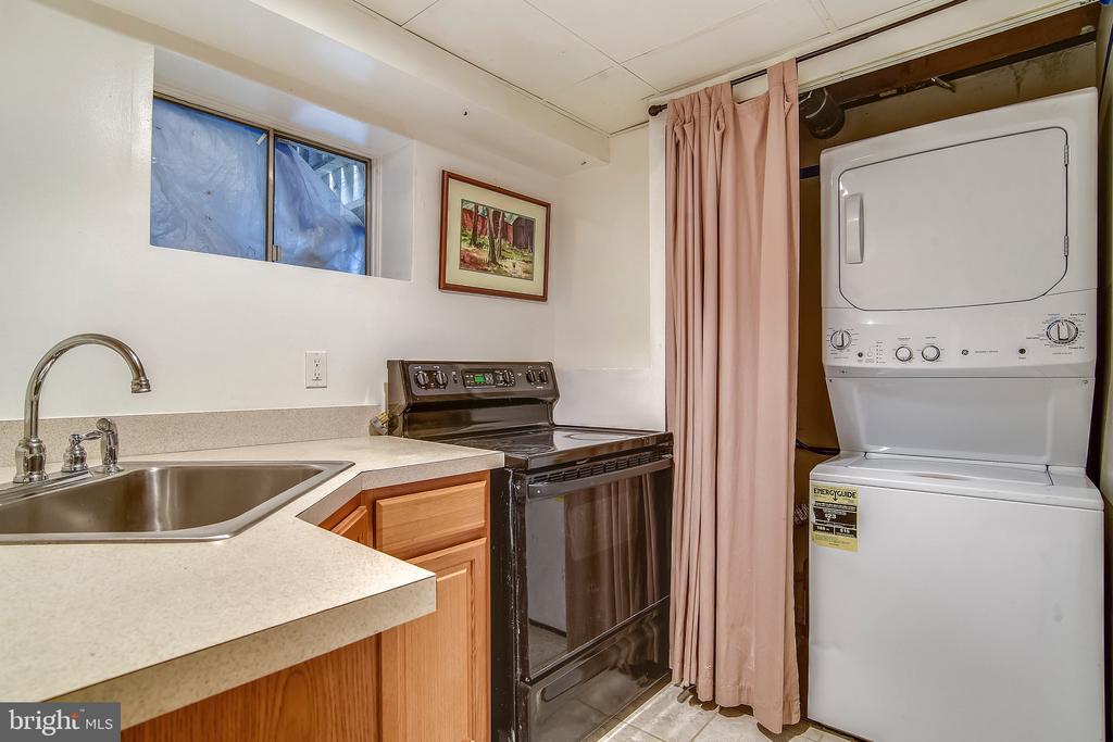 Lower Level Kitchenette with washer & dryer. - 2996 SLEAFORD CT, WOODBRIDGE