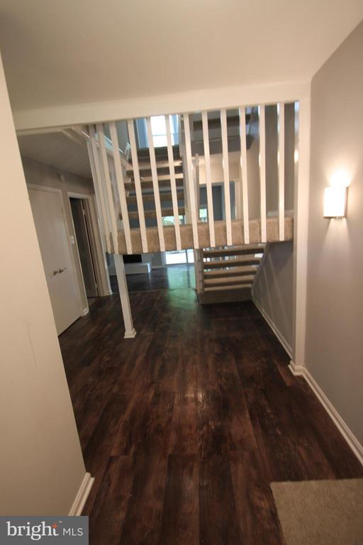 Entry with new flooring throughout - 2265 WHEYSTONE ST, VIENNA
