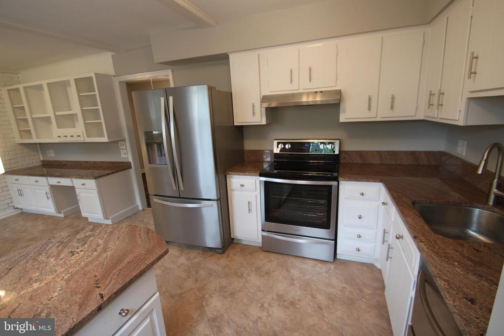 Stainless steel appliances incl HUGE frig! - 2265 WHEYSTONE ST, VIENNA