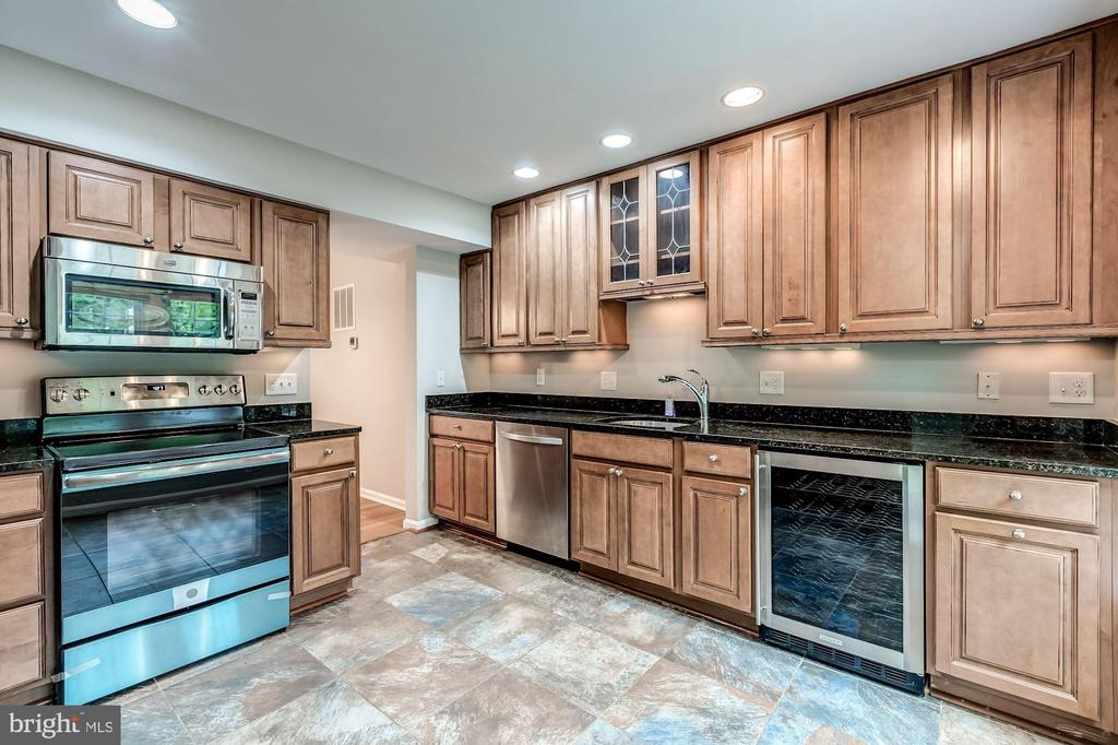 Newly renovated kitchen with granite counter tops - 2183 GREENKEEPERS CT, RESTON