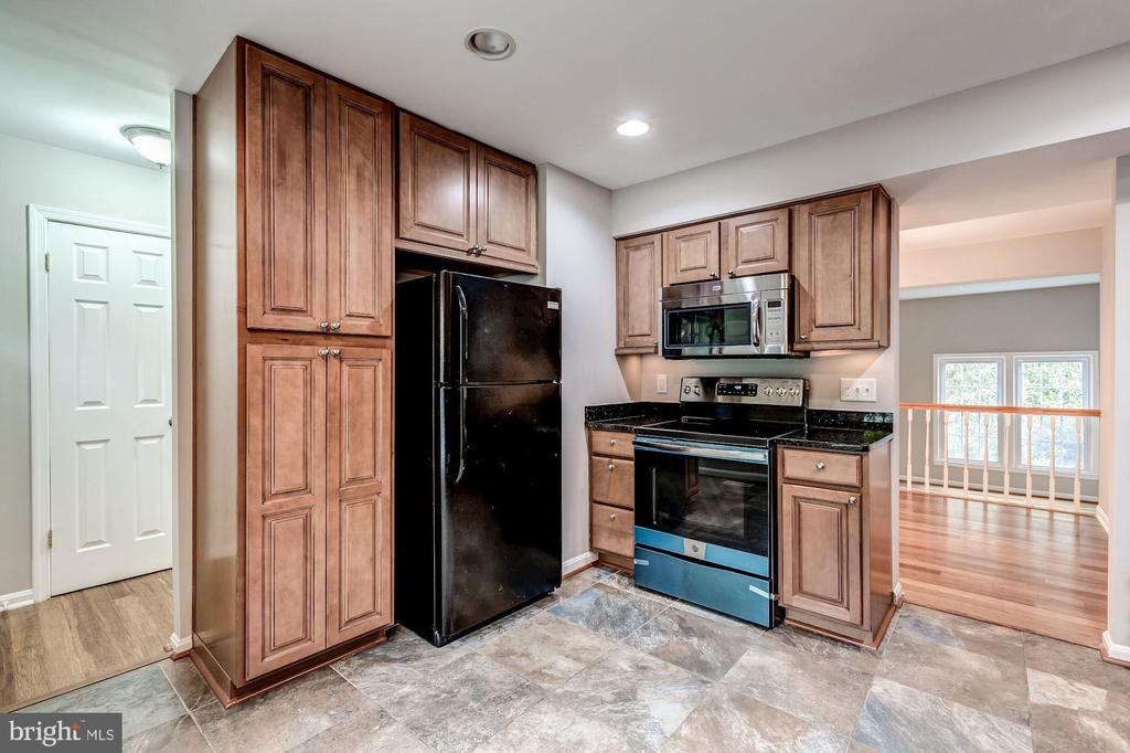 All new appliances and tile flooring in kitchen - 2183 GREENKEEPERS CT, RESTON