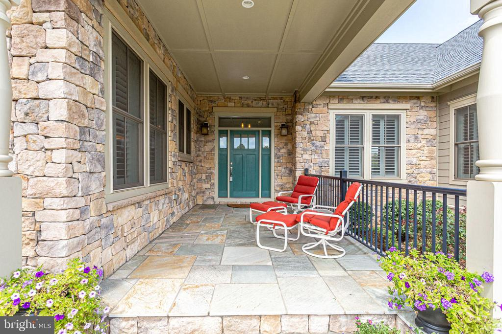 Inviting front porch - 23039 WELBOURNE WALK CT, ASHBURN