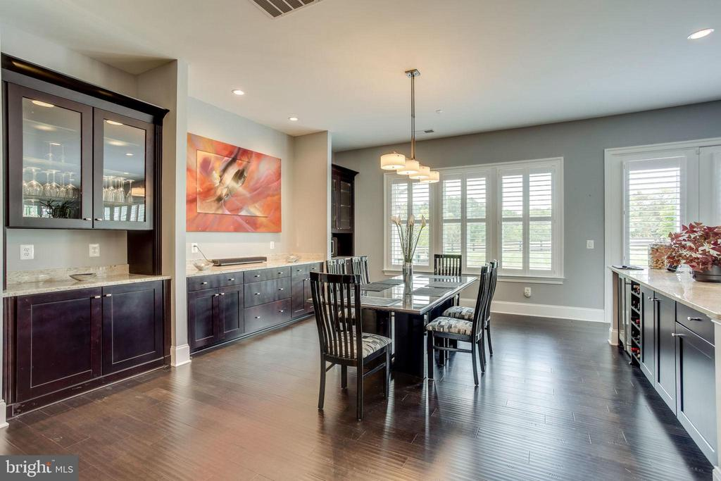 Dining room with built in shelving - 23039 WELBOURNE WALK CT, ASHBURN