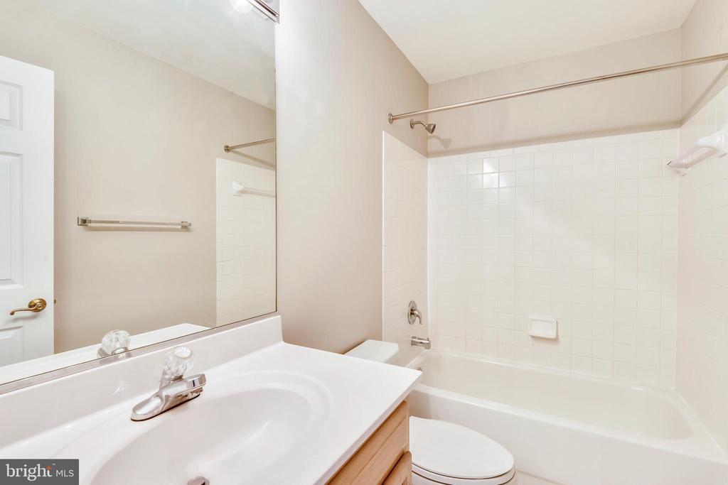 Hall Bath - 9732 MIDDLETON RIDGE RD, VIENNA