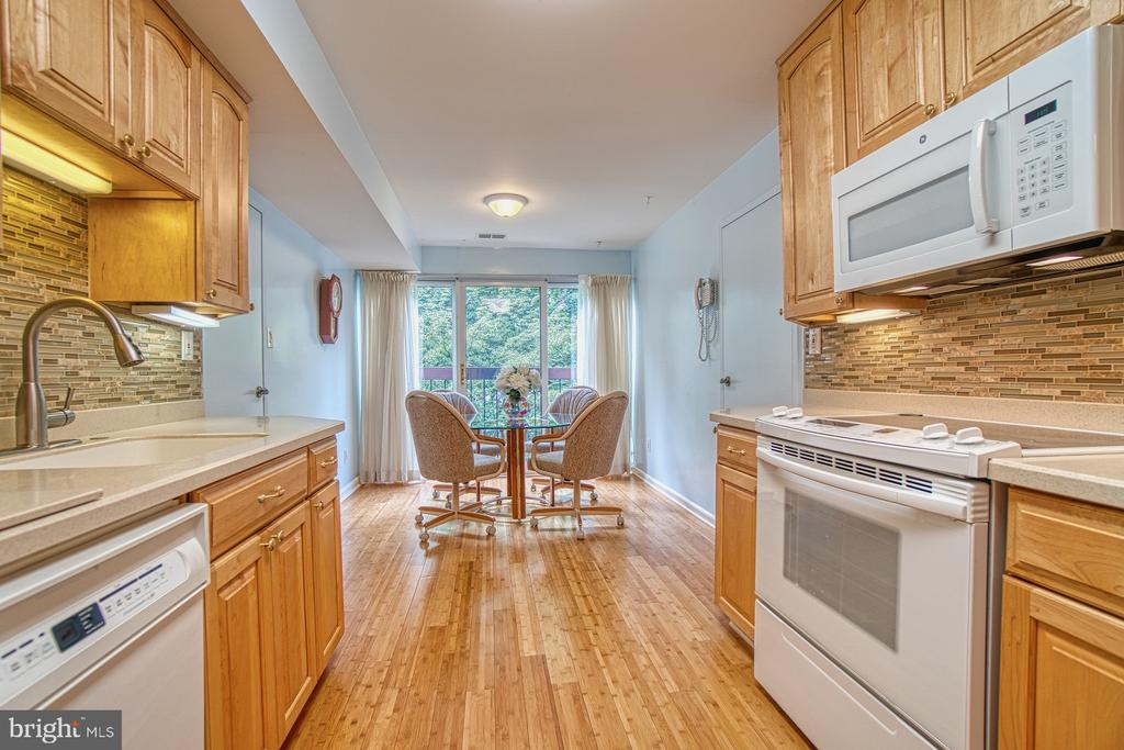 Inviting Eat-In Kitchen w/ Beautiful Backsplash - 10300 BUSHMAN DR #210, OAKTON