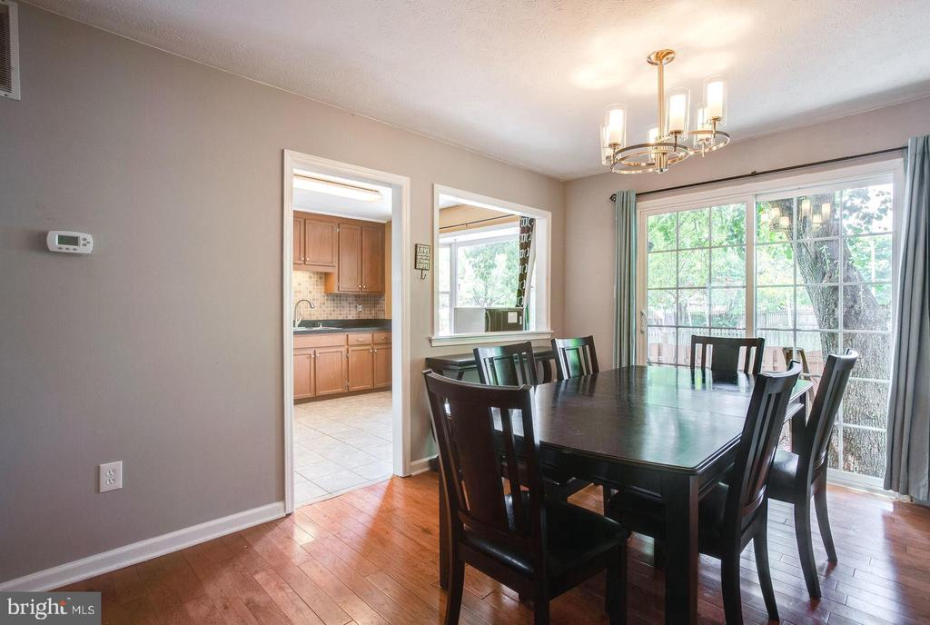 Dining room leads to outdoor entertaining area - 8506 SADDLE CT, MANASSAS