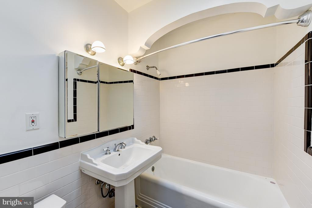 Full Bathroom - 1732 HOBART ST NW, WASHINGTON
