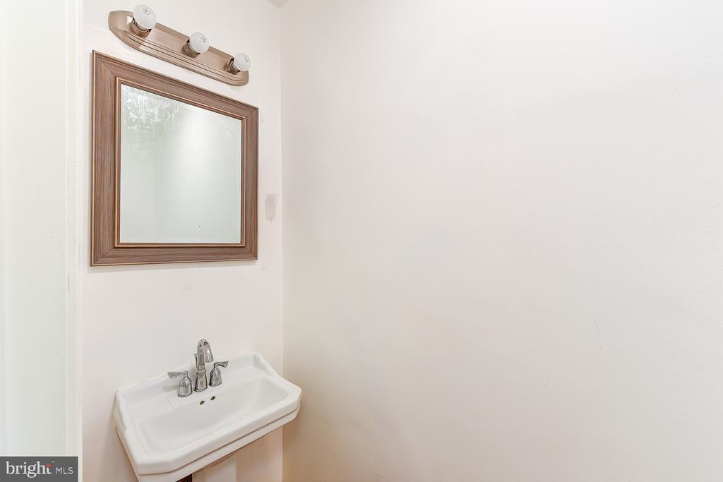Powder Room - 1732 HOBART ST NW, WASHINGTON