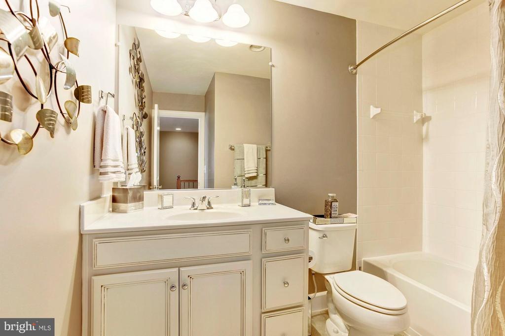 Hall bathroom - 16684 DANRIDGE MANOR DR, WOODBRIDGE