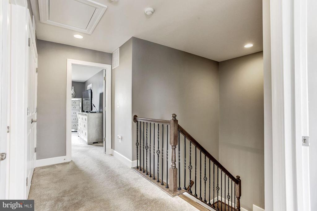 Bedroom level hallway - 16684 DANRIDGE MANOR DR, WOODBRIDGE