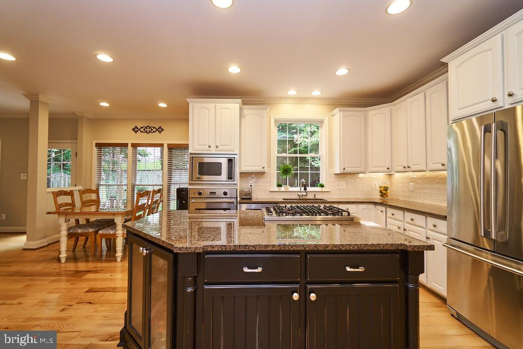Large center island in gourmet kitchen - 47208 MIDDLE BLUFF PL, STERLING
