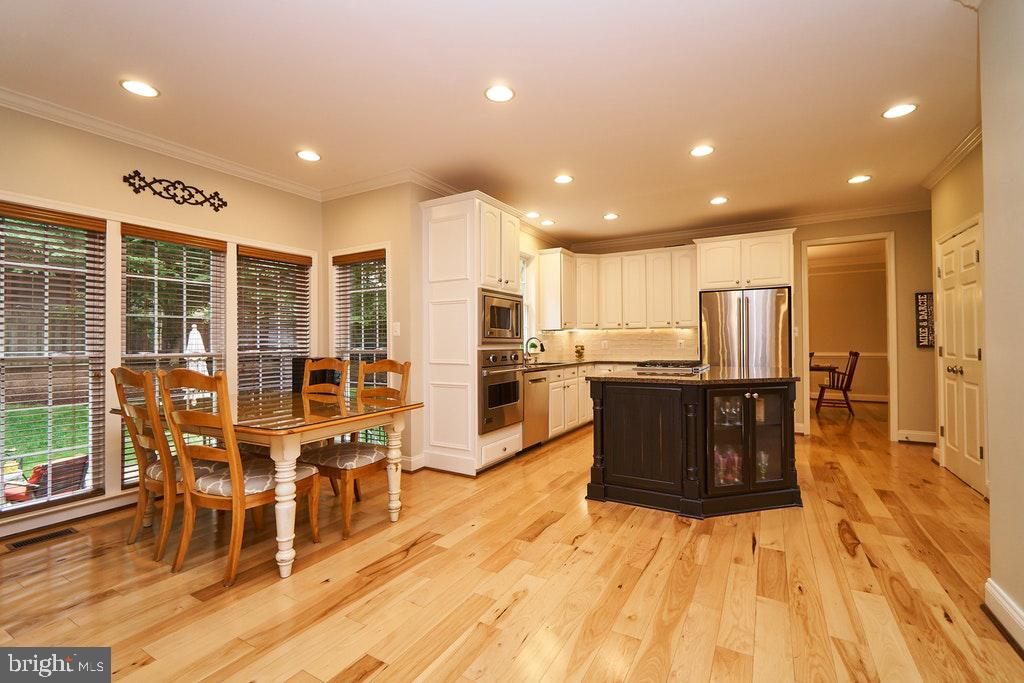 Eat-in kitchen has plenty of light - 47208 MIDDLE BLUFF PL, STERLING