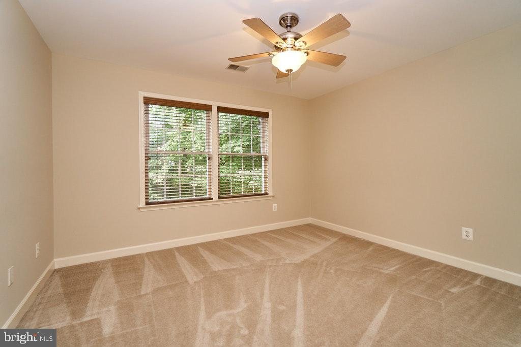 Bedroom  with ceiling fan and wood blinds - 47208 MIDDLE BLUFF PL, STERLING