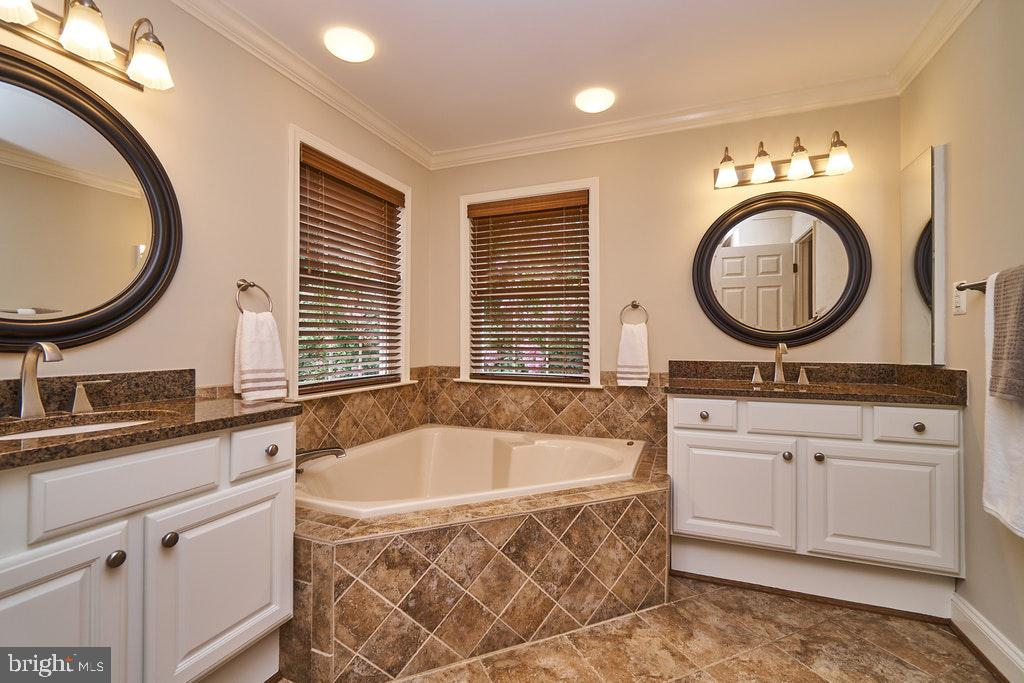 Master baths with his/her sinks - 47208 MIDDLE BLUFF PL, STERLING