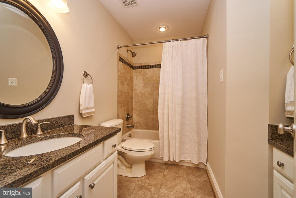 Hall bath w/2 sinks - 47208 MIDDLE BLUFF PL, STERLING
