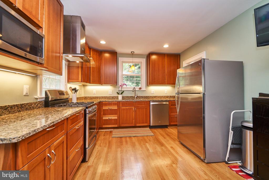 Spacious and Renovated Kitchen w/Granite Counters - 1901 N GLEBE RD, ARLINGTON